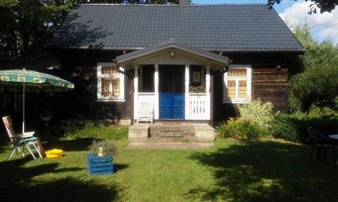 Zadbane siedlisko z uroczą wiejska chata i bud.gospodarczym na prawdziwej wsi